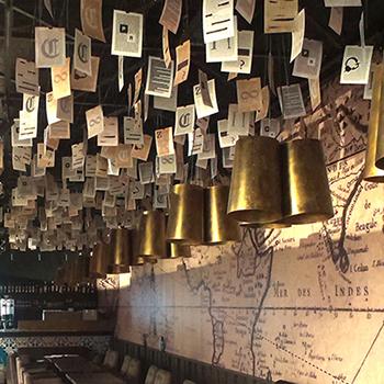 Kreatívny strop a veľkoplošný polep steny.