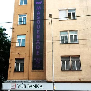Inštalácia rámu a banneru na fasáde.